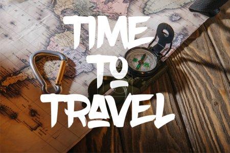 Photo pour Boussole, crochet de sécurité et carte sur la table en bois avec le temps d'illustration de voyage - image libre de droit
