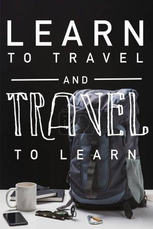 Photo pour Sac à dos, tasse, cahiers, smartphone et équipement de trekking isolés sur le noir avec apprendre à voyager et à voyager pour apprendre l'illustration - image libre de droit