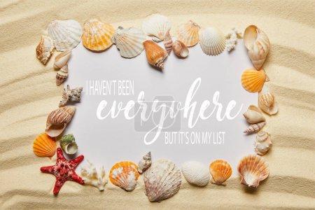 Photo pour Cadre de coquillages près de placard avec je n'ai pas été partout, mais il est sur ma liste laissant sur la plage de sable fin - image libre de droit