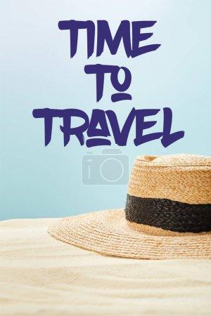Photo pour Foyer sélectif du chapeau de paille sur le sable d'or en été isolé sur le bleu avec le temps à l'illustration de voyage - image libre de droit