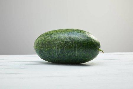 Foto de Sandión verde entera sobre mesa de madera blanca aislada en gris - Imagen libre de derechos