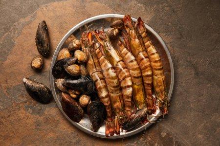 Photo pour Vue de dessus des coquillages avec coques et moules dans un bol sur surface texturée - image libre de droit