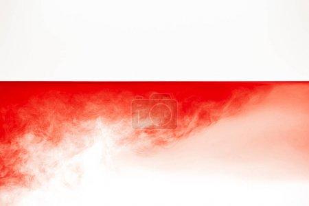 Photo pour Nuage rouge abstrait dans le liquide calme lisse isolé sur le blanc - image libre de droit