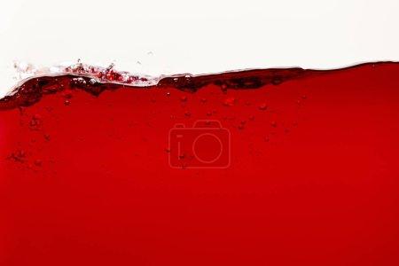 Photo pour Liquide lumineux rouge avec des bulles d'isolement sur le blanc - image libre de droit