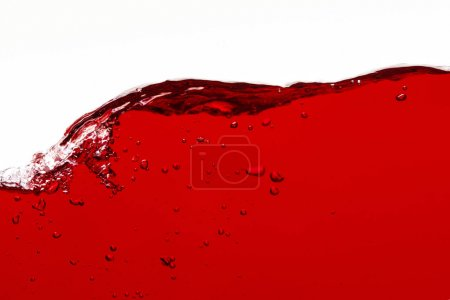 Photo pour Liquide lumineux rouge avec l'onde et les bulles d'isolement sur le blanc - image libre de droit