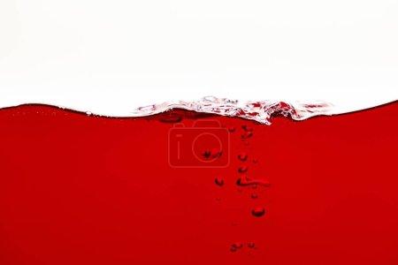 Photo pour Liquide lumineux rouge avec des bulles sous-marines d'isolement sur le blanc - image libre de droit