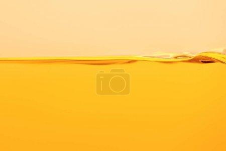 Photo pour Liquide lumineux jaune calme isolé sur jaune - image libre de droit