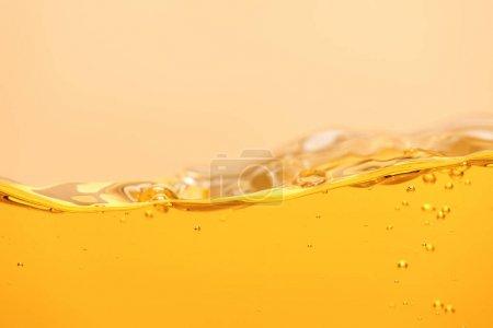 wellige gelbe helle Flüssigkeit mit Blasen isoliert auf gelb