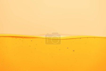 Photo pour Liquide brillant jaune avec bulles sous-marines isolées sur jaune - image libre de droit