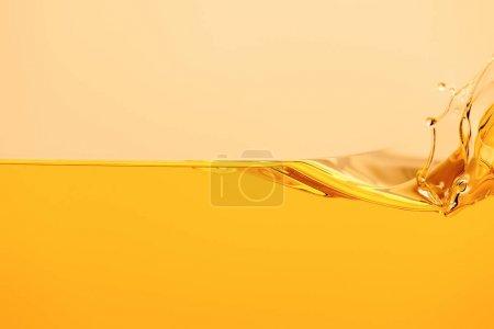 Photo pour Éclaboussure liquide jaune brillant isolé sur jaune - image libre de droit