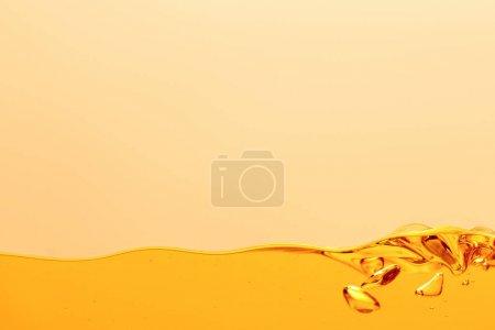 Photo pour Liquide brillant jaune avec bulles isolées sur jaune - image libre de droit