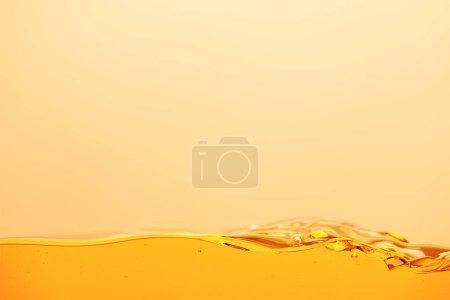 Photo pour Liquide brillant jaune lisse isolé sur jaune - image libre de droit
