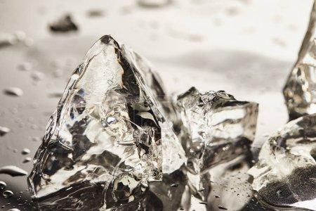 Photo pour Vue rapprochée des cubes de glace fondus purs avec des gouttes - image libre de droit