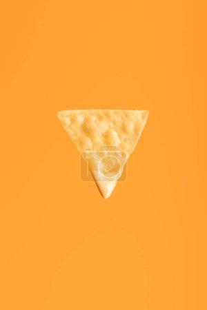 Photo pour Vue supérieure de nacho croustillant isolé sur l'orange, cuisine mexicaine - image libre de droit