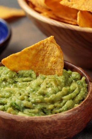 Photo pour Fermer la vue de délicieux nachos mexicains avec le guacamole - image libre de droit