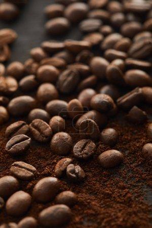 Photo pour Café frais moulu aromatique mélangé avec des grains de café - image libre de droit