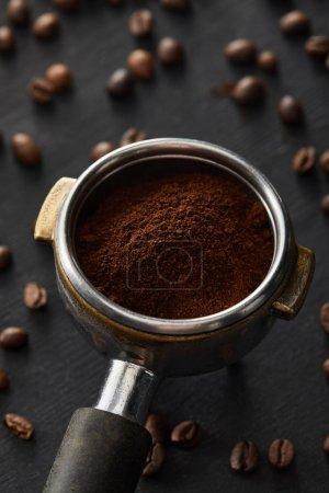 Photo pour Portafilter avec le café moulu frais sur la surface en bois foncée avec des grains de café - image libre de droit