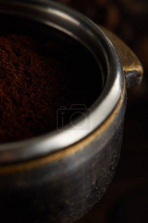 Photo pour Partie métallique du portafilter remplie de café frais moulu - image libre de droit