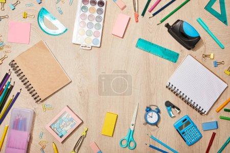 Foto de Vista superior de varios útiles escolares en el escritorio de madera - Imagen libre de derechos