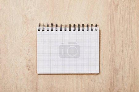 Photo pour Vue supérieure du cahier vide vide sur le bureau en bois - image libre de droit