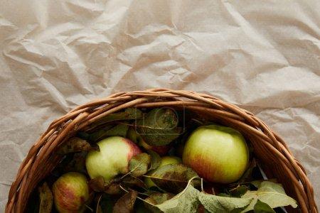 Photo pour Vue supérieure du panier avec des pommes sur le papier parchemin avec l'espace de copie - image libre de droit