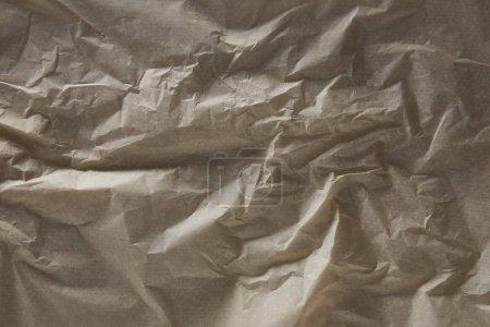 Foto de Vista superior de la superficie de papel de pergamino arrugado beige con espacio de copia - Imagen libre de derechos