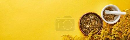 Photo pour Plan panoramique de mortiers avec pilon sur fond jaune avec verge d'or - image libre de droit