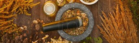 Photo pour Plan panoramique de mortier gris avec mélange à base de plantes et pilon sur table en bois - image libre de droit