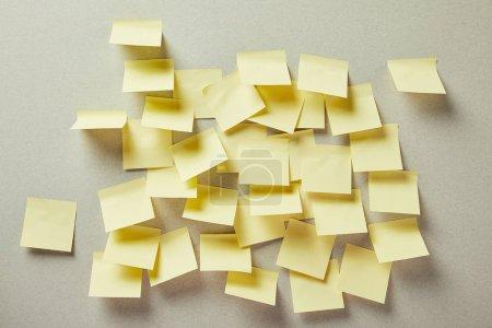 Photo pour Notes collantes jaunes et vides sur gris - image libre de droit