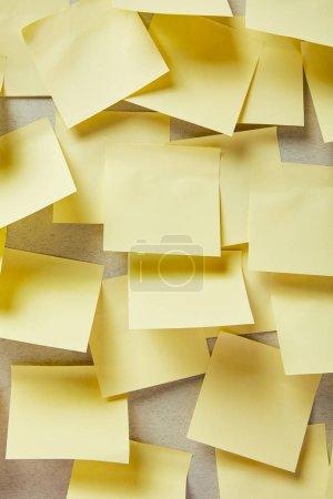 Photo pour Notes collantes vides et jaunes sur gris - image libre de droit