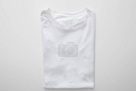 Photo pour Vue du haut du t-shirt plié à carreaux vierges sur fond blanc - image libre de droit
