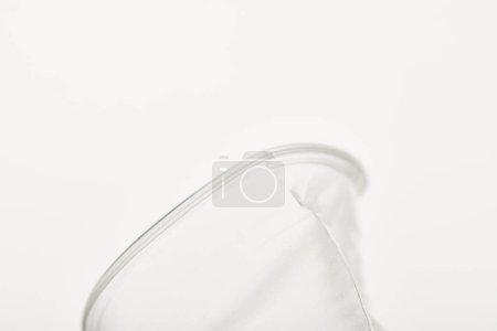 Photo pour Vue rapprochée de la tasse en plastique transparent sur fond blanc - image libre de droit