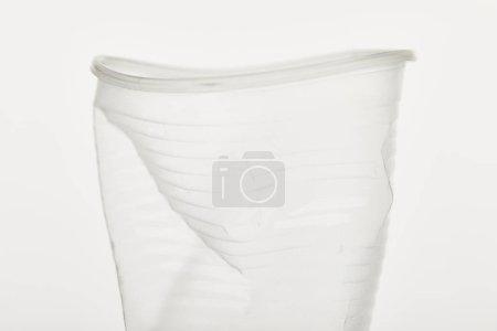 Photo pour Vue rapprochée de tasse en plastique transparent froissé sur fond blanc - image libre de droit