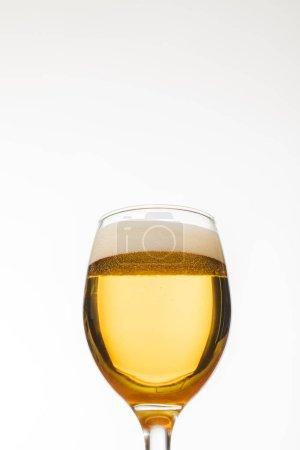 Photo pour Vue d'angle bas du verre de bière avec des bulles isolées sur le blanc - image libre de droit