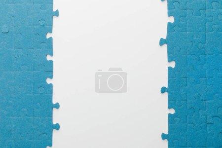 Photo pour Vue supérieure du puzzle bleu sur le fond blanc - image libre de droit