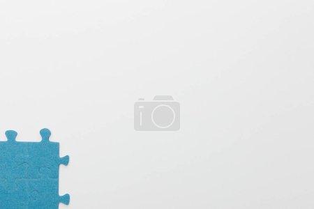 Foto de Vista superior de piezas emparejadas de rompecabezas azul sobre fondo blanco - Imagen libre de derechos