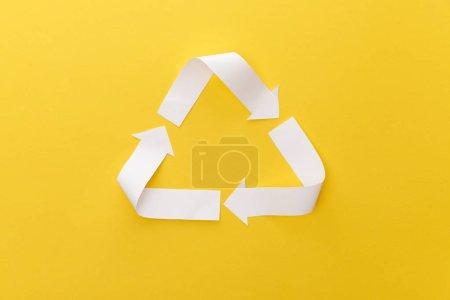 Photo pour Vue supérieure du triangle d'artisanat de papier sur le fond jaune - image libre de droit