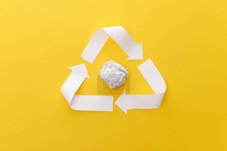 Photo pour Vue supérieure du triangle blanc avec le papier froissé sur le fond jaune - image libre de droit