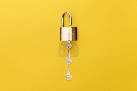 Photo pour Vue du haut du cadenas avec touches sur fond jaune - image libre de droit