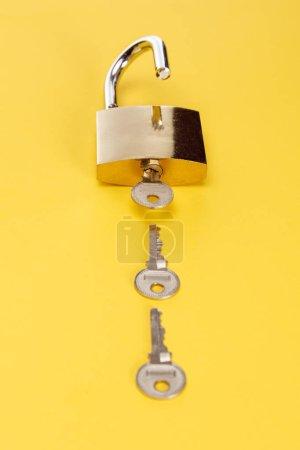Photo pour Cadenas en métal avec touches sur fond jaune - image libre de droit