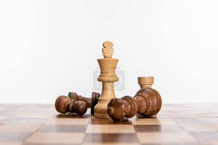 Photo pour Figures d'échecs sur l'échiquier isolé sur blanc - image libre de droit