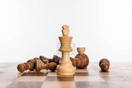Photo pour Noir et blanc figures d'échecs sur l'échiquier isolé sur blanc - image libre de droit