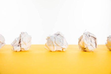 Photo pour Papier froissé sur surface jaune isolé sur blanc - image libre de droit