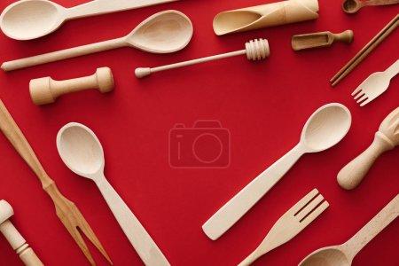 Foto de Vista superior de cucharas, tenedores, palillos y menaje de cocina sobre fondo rojo con espacio de copia - Imagen libre de derechos