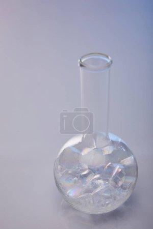Photo pour Flacon en verre avec bulles sur fond gris - image libre de droit
