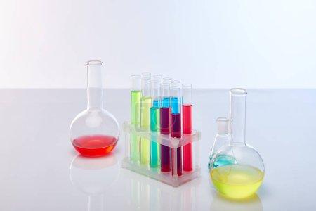 Photo pour Tubes et flacons de verre avec liquide coloré isolé sur blanc - image libre de droit