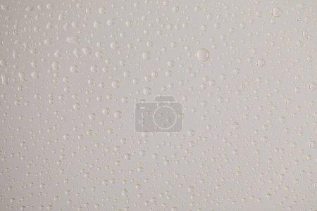Photo pour Gouttes d'eau transparentes et transparentes sur fond gris - image libre de droit