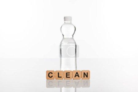 Photo pour Eau douce claire en bouteille près de cubes avec lettrage propre isolé sur blanc - image libre de droit