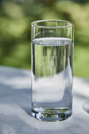 Photo pour Eau fraîche et propre dans un verre transparent à l'extérieur - image libre de droit