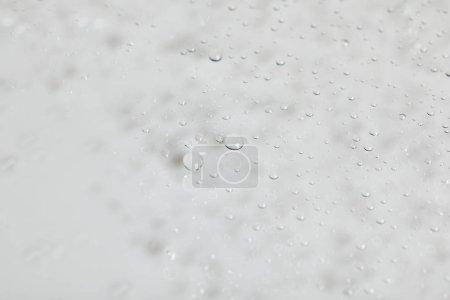 Photo pour Gouttes d'eau transparentes claires sur fond blanc - image libre de droit